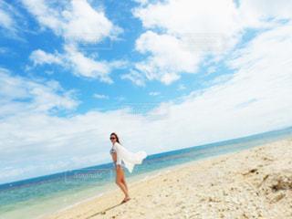 砂浜に立っている人 - No.1136292