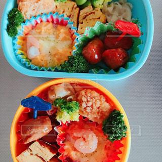皿の上の食べ物のボウルの写真・画像素材[2172559]