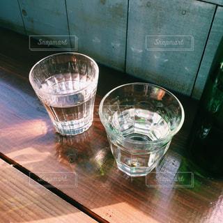 光を受けて輝くグラスの写真・画像素材[1136973]