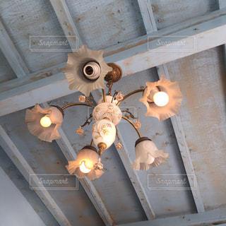 古民家カフェの、可愛らしい照明の写真・画像素材[1136976]