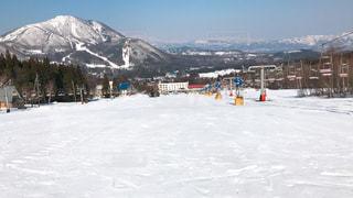 雪に覆われた山をスキーに乗っている人のグループの写真・画像素材[1137297]