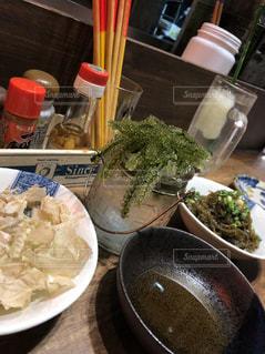 テーブルの上に食べ物のボウル - No.1137491