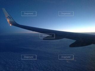 雲海を見下ろして空の旅の写真・画像素材[1137842]