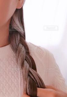 長いグレイヘアを三つ編みにの写真・画像素材[2070355]