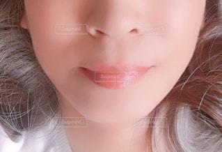 ヌーディな口紅でナチュラルメイクの写真・画像素材[2179661]