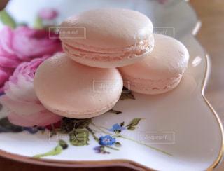 今朝はピンクのマカロンの写真・画像素材[2229597]