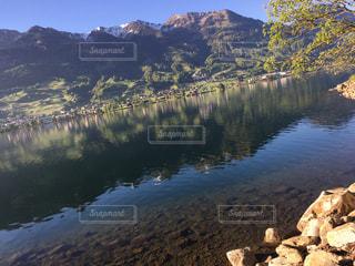 背景の山と水体の写真・画像素材[1138535]