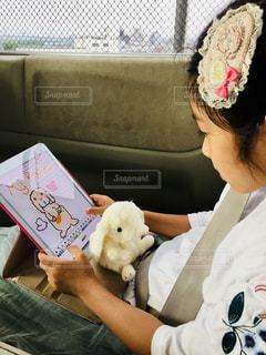 iPadでうさぎの絵を描く女の子の写真・画像素材[1147071]