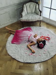 花びらに包まれて横たわる女の子の写真・画像素材[1148587]