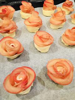 バラの花の形をしたアップルパイの写真・画像素材[1157075]