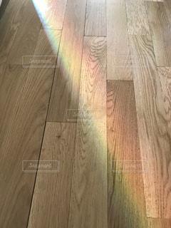 家の中にかかる虹の写真・画像素材[1181261]