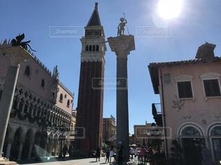 ヨーロッパ風街並みと塔の写真・画像素材[1187105]