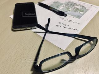 携帯とメガネとペンと地図 2の写真・画像素材[1205137]