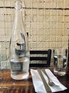 ニューヨーク、レストランのミネラルウォーターの写真・画像素材[1209047]