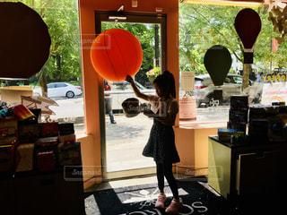 文具店店先に立つ女の子の写真・画像素材[1244787]