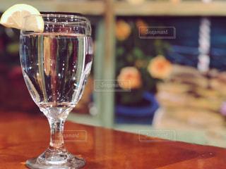 レモンの乗った水のグラスの写真・画像素材[1524456]