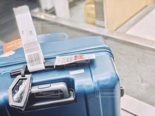 出国手続き中のスーツケースの写真・画像素材[2244057]