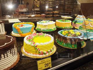 誕生日ケーキを持つテーブル - No.1139020