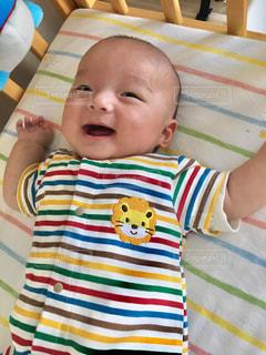ベッドの上に座っている赤ちゃんの写真・画像素材[1141749]