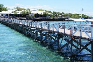 水の体の横に木製の桟橋の写真・画像素材[987733]