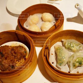 テーブルの上に食べ物のボウルの写真・画像素材[1143163]