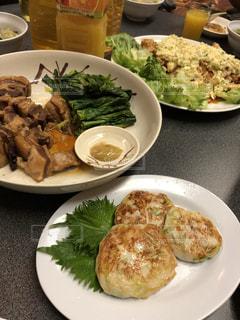 テーブルの上に食べ物のプレートの写真・画像素材[1139620]
