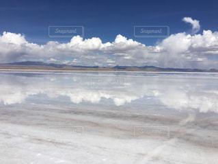 ウユニ塩湖と雲と青空の写真・画像素材[1141387]