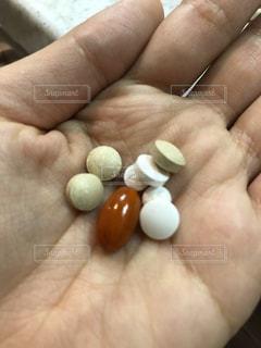 手とサプリメント 薬の写真・画像素材[1142102]