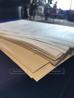 机の上の書類の写真・画像素材[1142412]