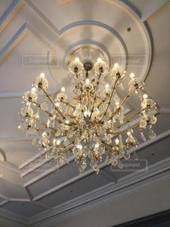 天井からぶら下がっているシャンデリアの写真・画像素材[1142981]