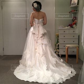 白いドレスを着た人の写真・画像素材[1146870]