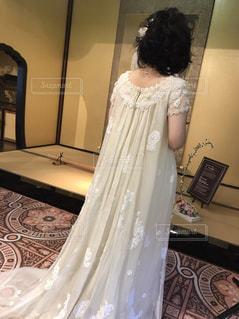 ウェディングドレス後ろ姿 披露宴会場の写真・画像素材[1149838]