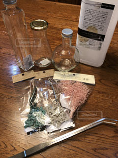 テーブルの上の水のボトルの写真・画像素材[1152648]