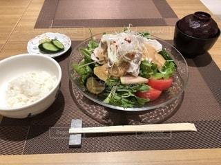 テーブルの上に食べ物のプレートの写真・画像素材[1157828]