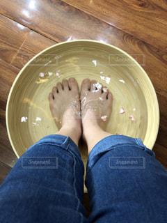 皿の上に座っている人の写真・画像素材[1282147]