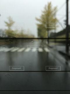 雨の日の電車の写真・画像素材[897636]