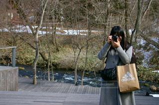 携帯電話で通話中の女性の写真・画像素材[1140894]