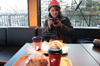 一杯のコーヒーをテーブルに着席した人の写真・画像素材[1142145]
