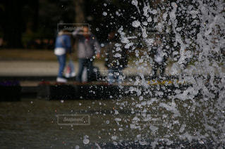 雨の中歩く人々 のグループの写真・画像素材[1142173]