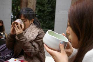 携帯電話で通話中の女性の写真・画像素材[1142183]