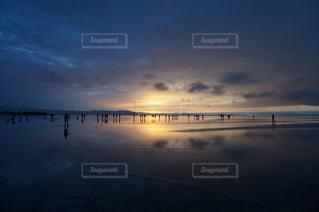 夕焼け空に浮かぶ雲のグループの写真・画像素材[1143610]