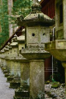 並んだ古い石灯籠の写真・画像素材[1141382]