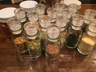 テーブルの上 香辛料ボトルの写真・画像素材[1144141]