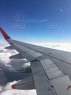 雲と飛行機の翼の写真・画像素材[1145277]