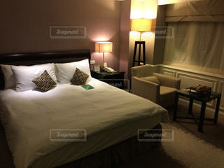 ホテルのベッドルームの写真・画像素材[1142447]