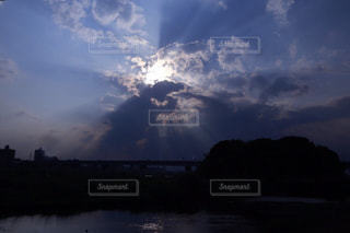曇り空と一筋の光の写真・画像素材[1142236]