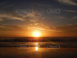 水の体に沈む夕日の写真・画像素材[1142406]
