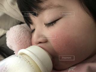 ミルクを飲む赤ちゃん2の写真・画像素材[1142059]