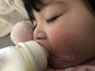 ミルクを飲む赤ちゃんの写真・画像素材[1142061]