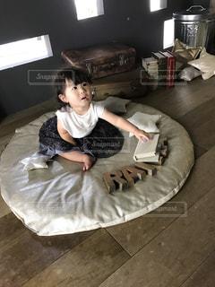 小さな男の子が床に横たわっています。の写真・画像素材[1142064]